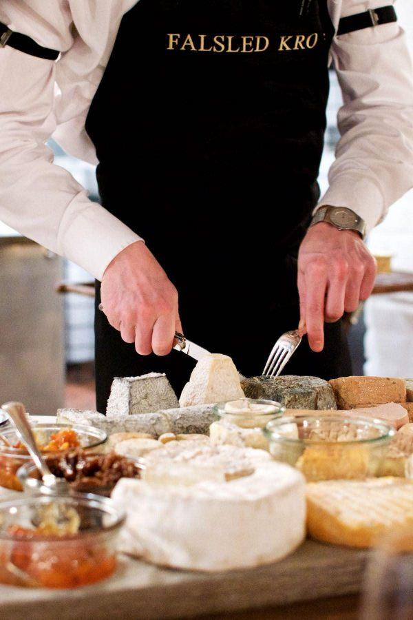 Falsled kros store ostebræt med garniture og brød