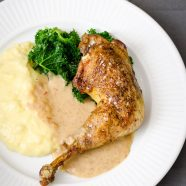 Kylling i cider- og sennepssauce – opskrift på braiseret kylling