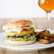 Vegetarburger med kikærtebøffer – opskrift på vegetarisk burger