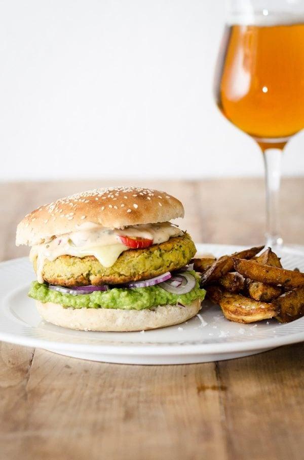 Vegetarburger med kikærtebøffer - opskrift på vegetarisk burger