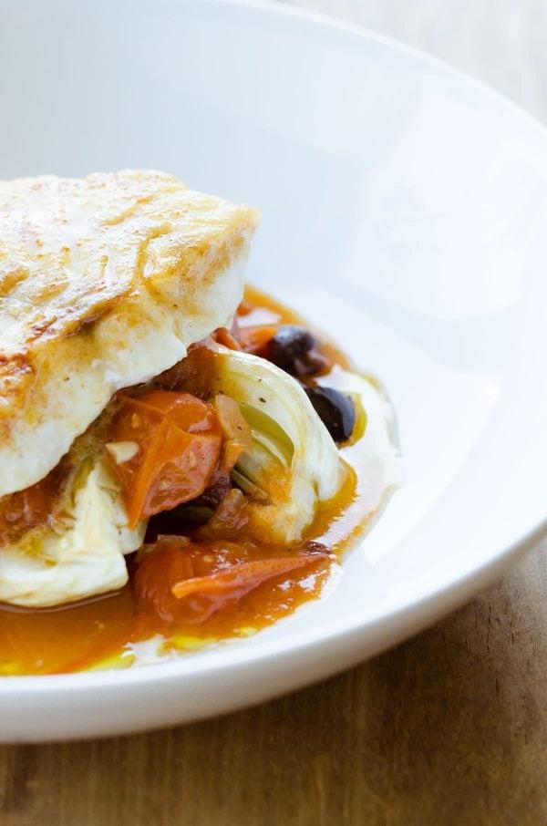 Opskrift på kulmule med tomatkompot, bagt fennikel og oliven