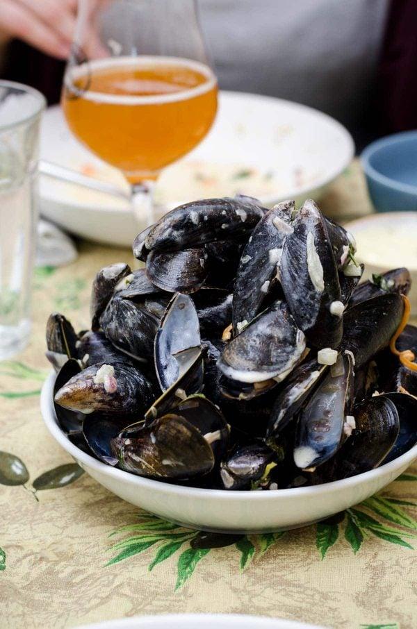 dampede muslinger i hvidvin og urter opskrift