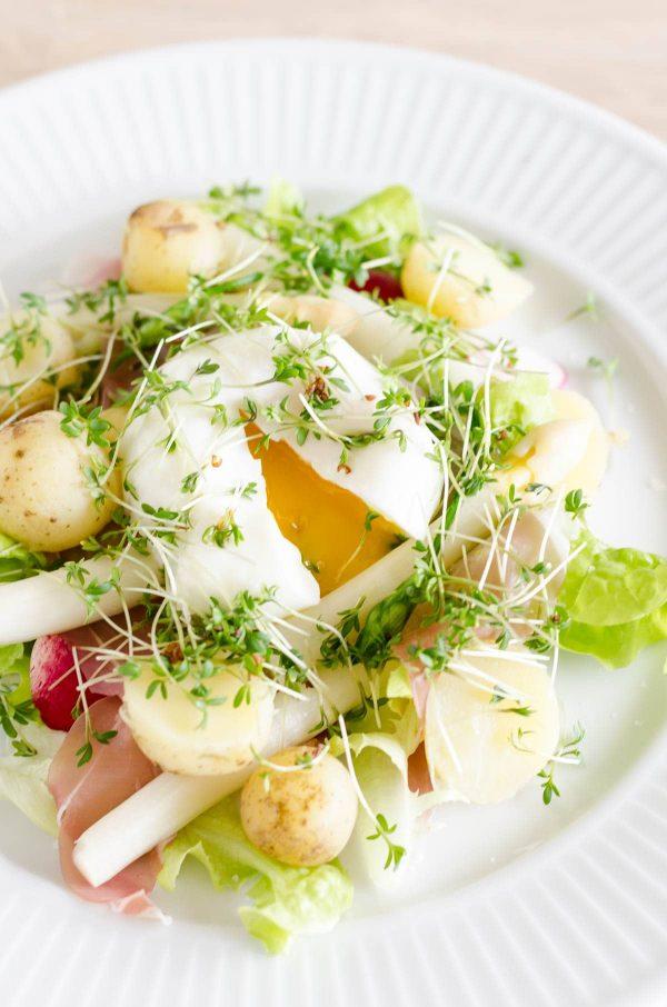 Salat med asparges, skinke, nye kartofler og pocheret æg
