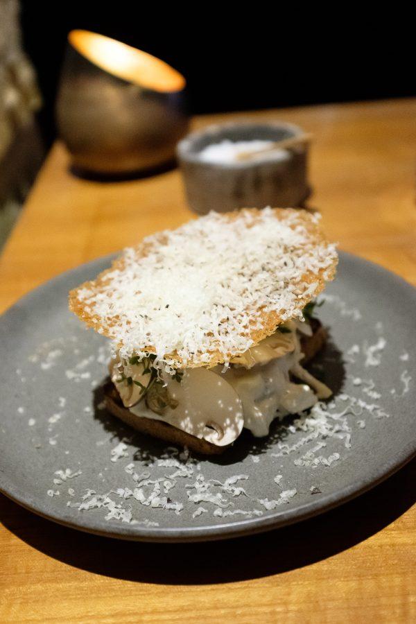 Restaurant HOS, Hanesalat med svampe, tørsaltet bacon og parmesan