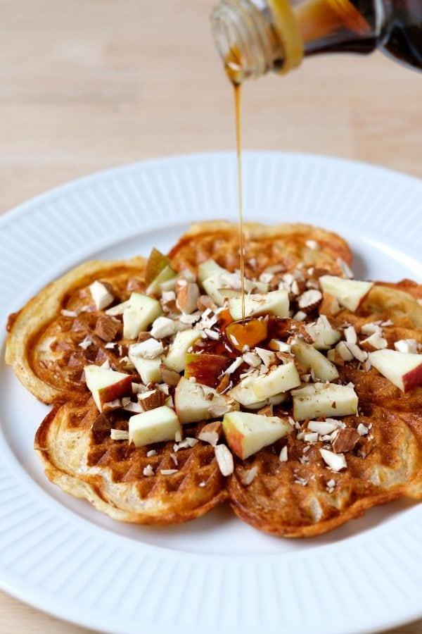 Surdejsvafler med æbler, mandler og ahornsirup