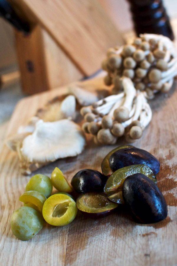 Andebryst med stegte svampe, blommer og marsalasauce