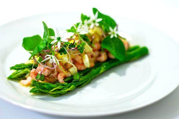 Grillede asparges og fjordrejer med vinaigrette