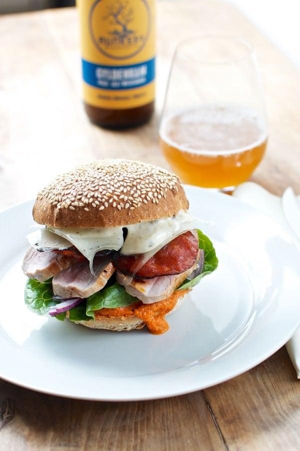 Burger med chorizo og manchego