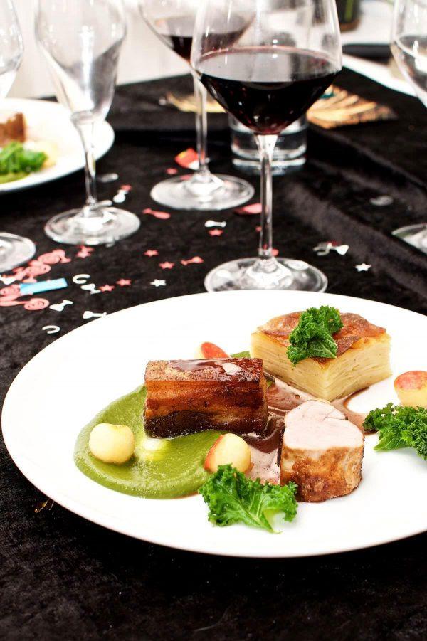 Confiteret svinebryst, pommes Anna, grønkål, æble og portvinssauce