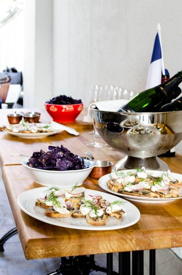 Odense Film Festival - Franske Fristelser - Kok & Vin - Snacks, sardiner, blå kartoffelchips