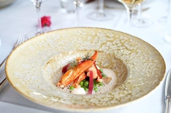 Restaurant Lieffroy - Sort hummer fra Nordfyn med ærter, syltede rødløg, rygeost og hummersauce