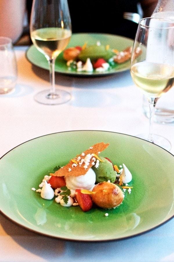 Restaurant Lieffroy - Friske jordbær med havesyresorbet, vanilleskum, lakridscrumble og lun mazarinkage