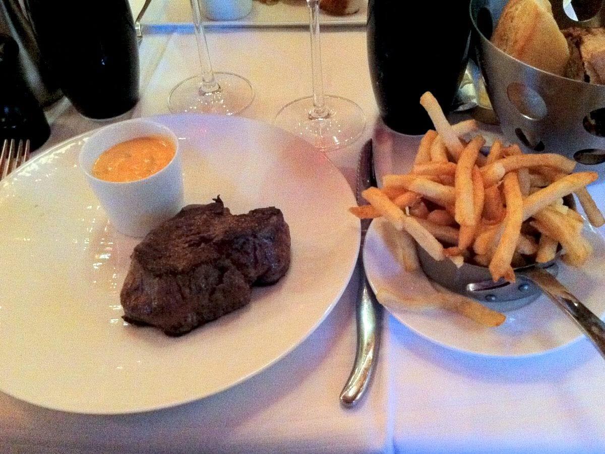 klassisk fransk bistromad i Paris - Bøf, fritter og bearnaise med tomat