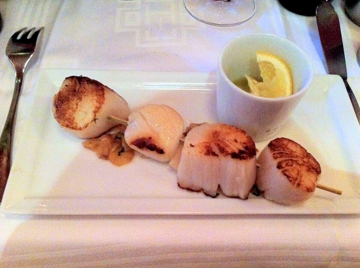 Klassisk fransk bistromad i Paris - Stegte kammuslinger med hvidløg, citron og olivenolie