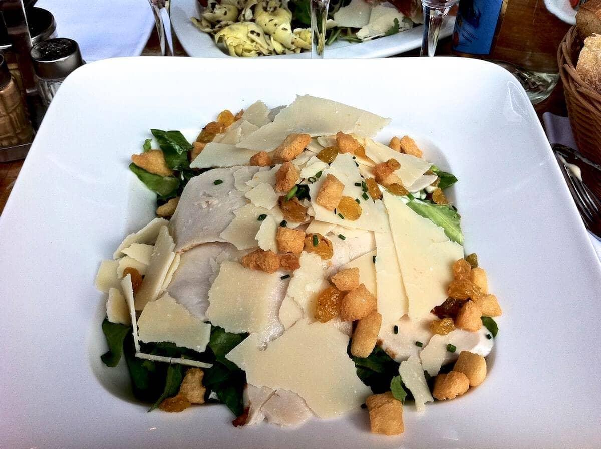 Italiensk mad i Paris - Cæsarsalat med kylling, tørret grape, parmesan og croutoner