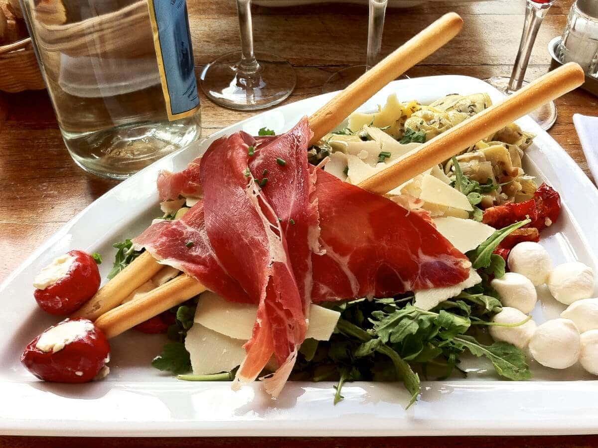 Italiensk mad i Paris - Salat med diverse antipasti