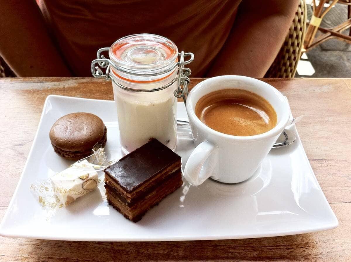 Paris - Minidessert a'la petit four og café