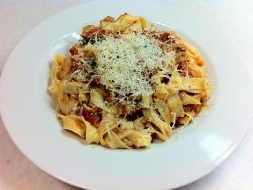 Fettuccine med tun, tomat, kanel og chili