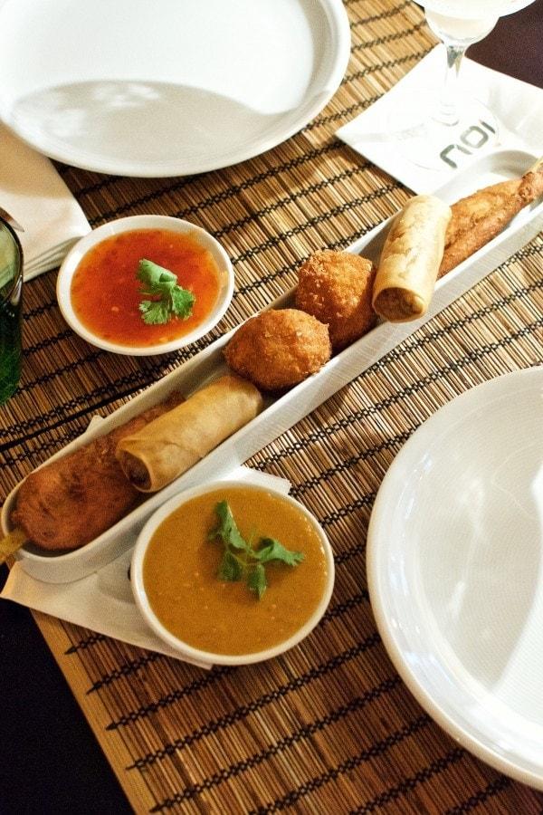 Prag Restaurant Noi - Forårsruller, kyllingesticks, rejekage, peanutsauce, chilisauce