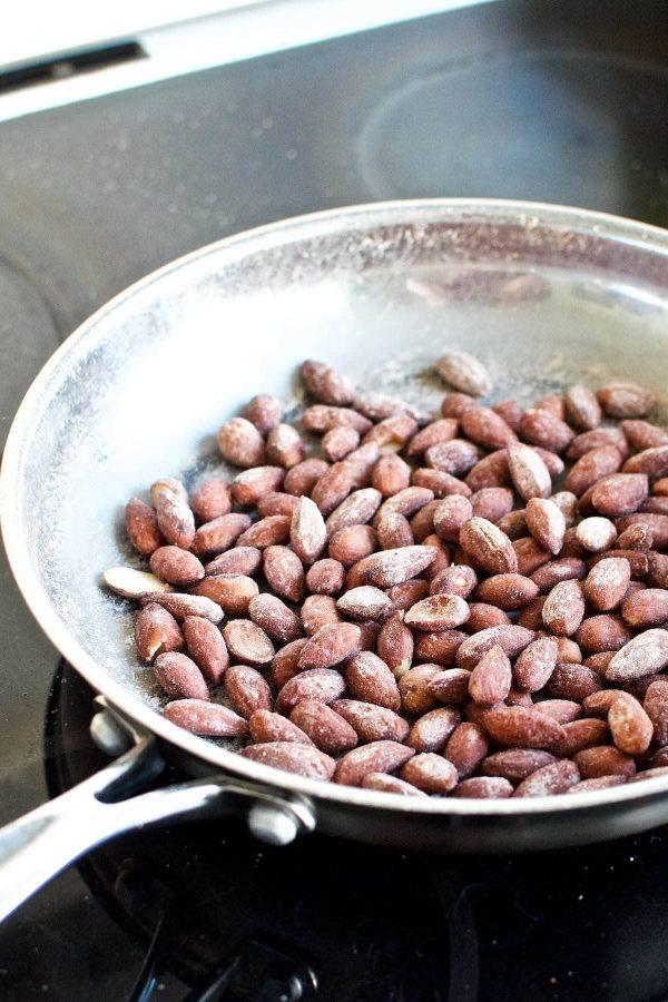 Sprøde saltmandler på panden