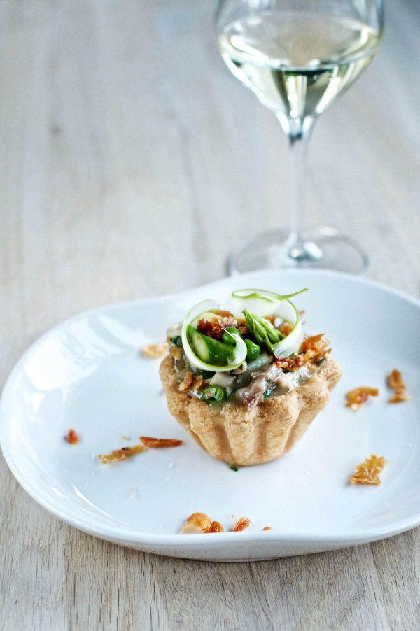 Tarteletter med kylling, asparges, ærter og sprødt kyllingeskind