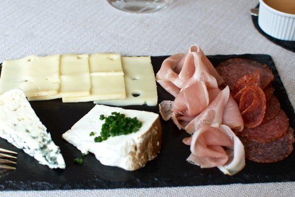Udvalg af ost og pølse - Brunch på Under Lindetræet
