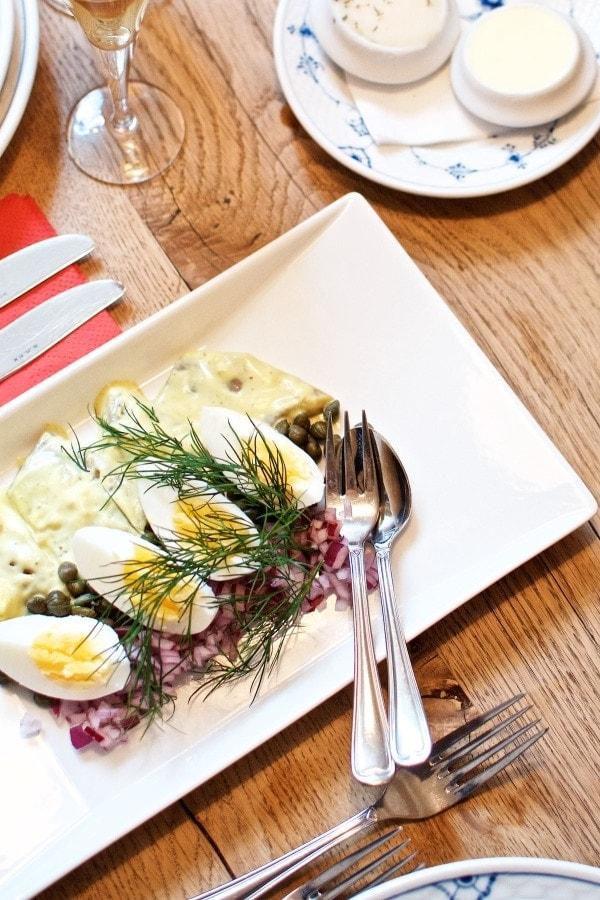Restaurant Kronborg - karrysild med æg, løg og kapers
